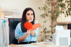 Büro-Frau, die Valentine Card vom stillen Bewunderer empfängt lizenzfreie stockfotografie
