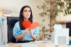 Büro-Frau, die Valentine Card vom stillen Bewunderer empfängt stockfotografie