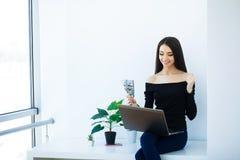 Büro-Geschäftsfrau, die auf dem Tisch lächelt und sitzt Frauen-Dr. lizenzfreie stockbilder