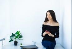 Büro-Geschäftsfrau, die auf dem Tisch lächelt und sitzt Frauen-Dr. stockbilder