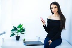 Büro-Geschäftsfrau, die auf dem Tisch lächelt und sitzt Frauen-Dr. stockfoto