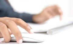Büro-Kerl, der auf Tastatur schreibt Stockfotografie