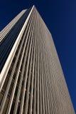 Büro-Kontrollturm vor einem wolkenlosen Himmel an einem sonnigen Tag stockfoto
