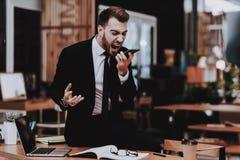 büro Laut sprechen am Telefon Klage eines Mannes lizenzfreie stockfotografie