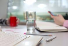 Büro-Leben-Konzept - Computer-Glas des Wassers und des Briefpapiers lizenzfreie stockfotos