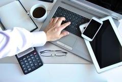 Büro mit Computern und Telefonen Stockbild