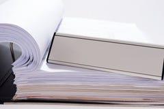 Büro mit Dateiordner und leerem Zeichen Lizenzfreie Stockfotos