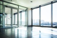 Büro mit Glaswand und sonnigem Tag Stockfotografie
