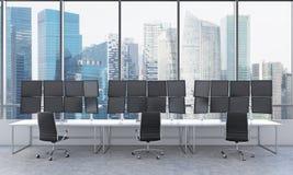 Büro mit 24 schwarzen Monitoren, Daten verarbeitend, Handel, singap Lizenzfreie Stockfotografie