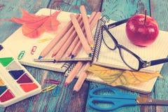 Büro oder Schulbedarf auf den hölzernen Planken gemalt im Blau Stockfotos