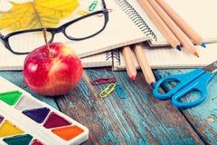 Büro oder Schulbedarf auf den hölzernen Planken gemalt im Blau Stockfotografie