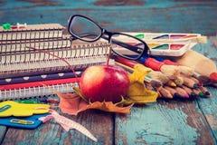 Büro oder Schulbedarf auf den hölzernen Planken gemalt im Blau Stockfoto
