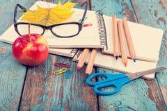 Büro oder Schulbedarf auf den hölzernen Planken gemalt im Blau Stockbilder