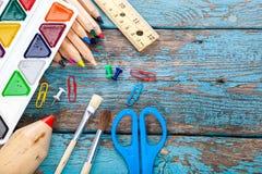 Büro oder Schulbedarf auf den hölzernen Planken gemalt im Blau Lizenzfreies Stockbild
