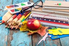 Büro oder Schulbedarf auf hölzernen Planken Lizenzfreies Stockfoto