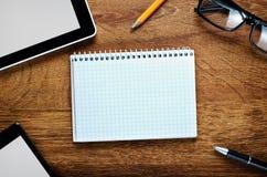 Büro-oder Schulmaterial auf Schreibtisch mit Kopien-Raum lizenzfreie stockbilder