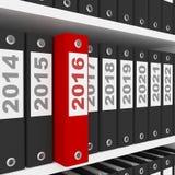 Büro-Ordner mit Zeichen des neuen Jahr-2016 auf den Regalen Lizenzfreies Stockfoto