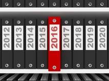 Büro-Ordner mit Zeichen des neuen Jahr-2016 auf den Regalen Stockbild