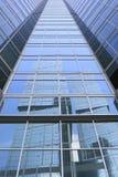 Büro ragt Reflexionen hoch Stockbilder