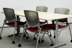 Büro-Tabellen und Stühle Lizenzfreie Stockbilder