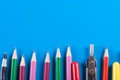 Büro und Schulbedarf auf einem blauen Hintergrund Stockfotos