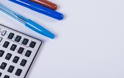Büro und Schulbedarf auf einem weißen Hintergrund Lizenzfreies Stockbild