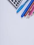 Büro und Schulbedarf auf einem weißen Hintergrund Stockbild