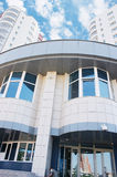 Büro von Querneigung und von blauem bewölktem Himmel Stockfotografie