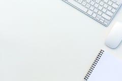 Büro-weiße Tischplattenansicht mit Geschäft und jeden Tageslebens-Einzelteilen und Elektronik lizenzfreie stockfotos