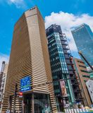 Büro-Wolkenkratzer in Ginza Tokyo im Stadtzentrum gelegenes - moderne Architektur - TOKYO, JAPAN - 12. Juni 2018 stockfotos
