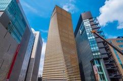Büro-Wolkenkratzer in Ginza Tokyo im Stadtzentrum gelegenes - moderne Architektur - TOKYO, JAPAN - 12. Juni 2018 stockfoto