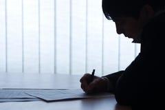 Büroabbildung: Vertrag und Geschäftsmann. Lizenzfreies Stockfoto