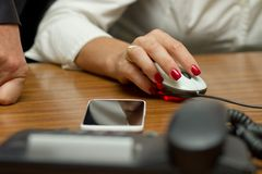 Büroangestellt-Frauenholdingmaus Lizenzfreie Stockfotografie