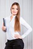 Büroangestellt-Grifffall der jungen Frau mit Dateien Stockbild