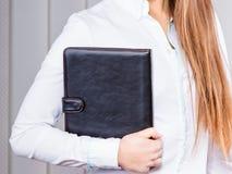 Büroangestellt-Grifffall der jungen Frau mit Dateien Stockfotografie
