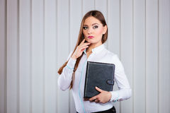 Büroangestellt-Grifffall der jungen Frau mit Dateien Stockfotos