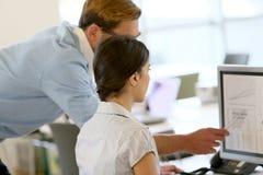 Büroangestellte, die Finanzsituation analysieren Stockfotos
