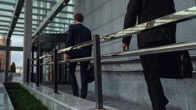 Büroangestellte, die Geschäftszentrum in den Anfang des Arbeitstages, tausendjährig eintragen lizenzfreie stockfotos
