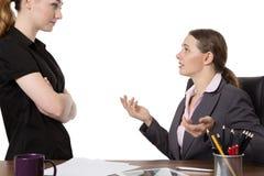 Büroangestellte, die im Büro sich besprechen Lizenzfreie Stockfotografie