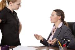 Büroangestellte, die im Büro sich besprechen Stockbilder