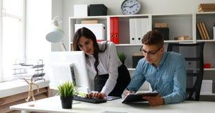 Büroangestellte, die Projekt an Arbeitsplatz besprechen