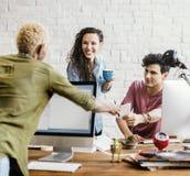 Büroangestellte, die zusammen Konzept sprechen Lizenzfreies Stockfoto