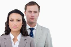 Büroangestellte, die zusammen stehen Lizenzfreie Stockfotos