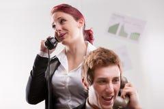 Büroangestellte in einem Call-Center mit Telefonen Lizenzfreie Stockfotos