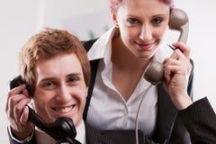 Büroangestellte in einem Call-Center mit Telefonen Stockfoto