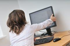 Büroangestellter am Computer Stockfoto