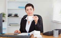 Büroangestellter, der Buchführungswesen tut stockbilder