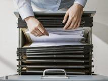 Büroangestellter, der Dateien im Archiv sucht stockbild