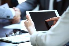 Büroangestellter, der eine Berührungsfläche verwendet, um statistische Daten zu analysieren Lizenzfreie Stockbilder