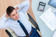 Büroangestellter, der eine Bremse am Schreibtisch nimmt lizenzfreies stockbild